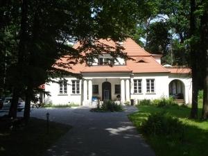 Wynajme pół domu z 2 osobnymi wejściami typu dworek z 1934r.Centrum Zalesia Dolnego(Piaseczno) 130m2, 4 pokoje, dwa tarasy 45m2,miejsca parkingowe, dz