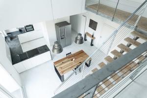 6,5 m wysokości nowy dwupoziomowy apartament loft centrum Warszawy wśród drzew Metro Rondo Daszyńskiego