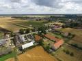 Duże gospodarstwo wiejskie, poniemieckie z domem, oborą, stodołą oraz polem uprawnym (1,5 ha).